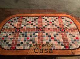 tavolo in legno decorato con mosaico vetroso e stucco epossidico