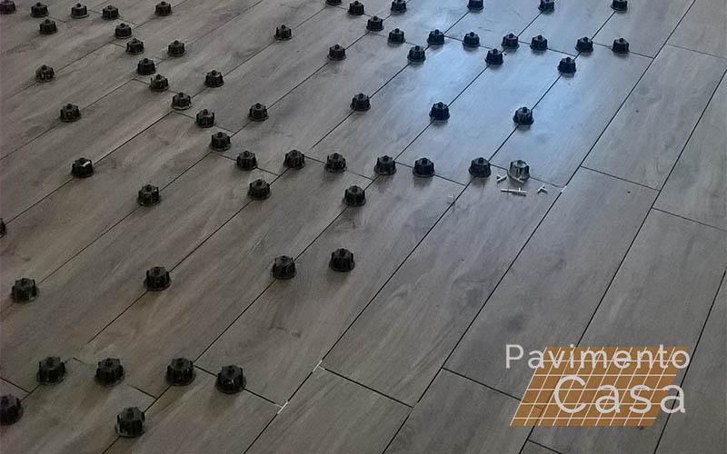 pavimento posato con sistema di livellamento a vite